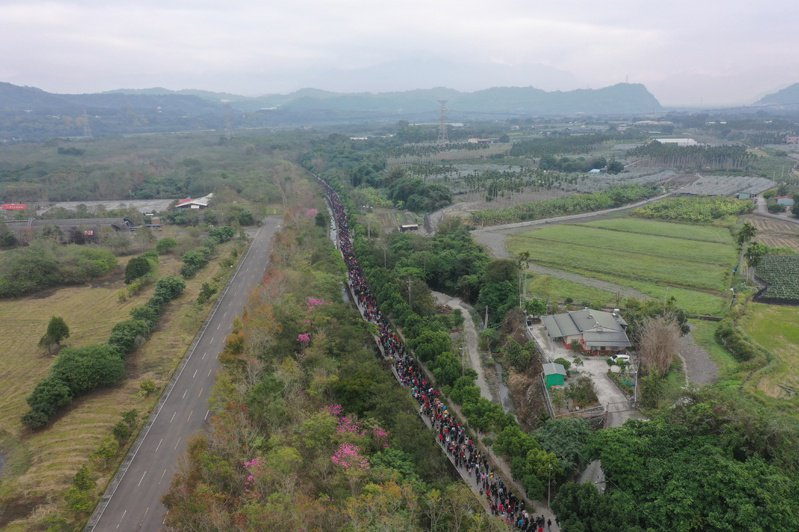 南投竹山紫南宮清晨人潮湧動領錢母,人龍一路排了7公里長。 圖/廟方提供