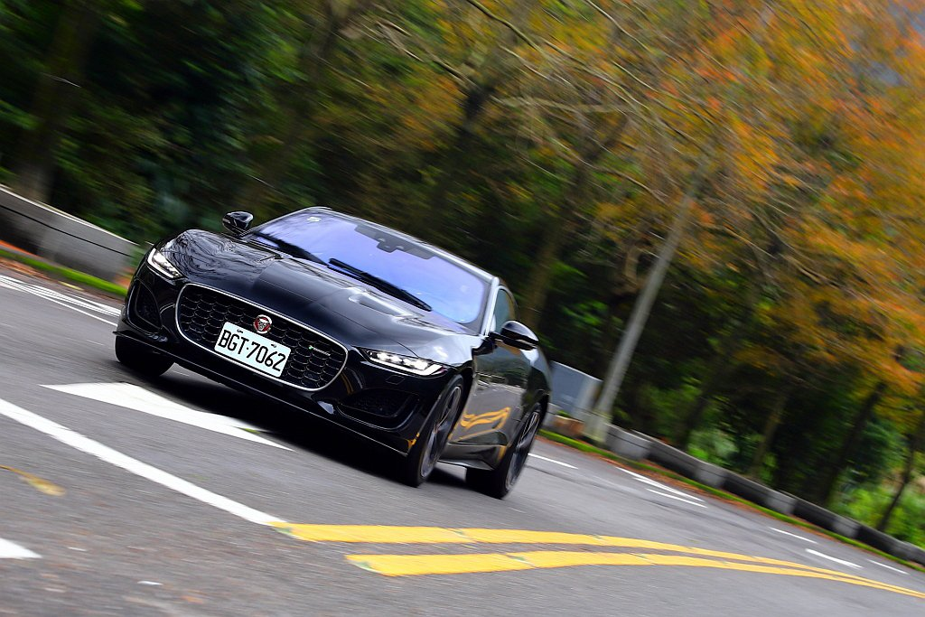 小改款Jaguar F-Type以嶄新的車頭面貌與科技升級問世。 記者張振群/攝...