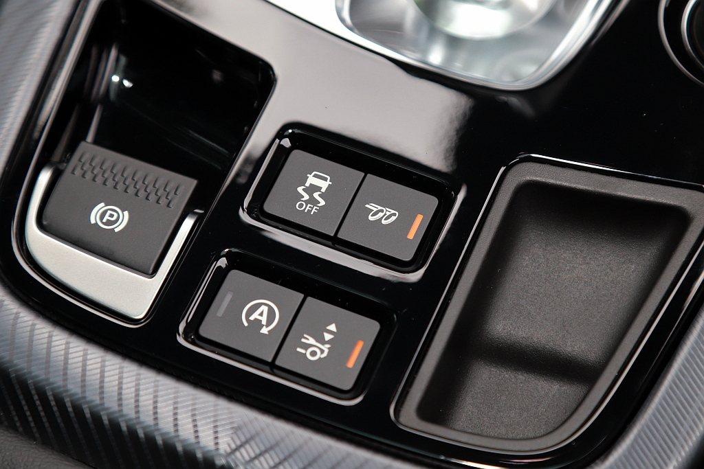 雖然引擎排氣量不高,但透過可調式跑車排氣系統開啟排氣閥門後,仍舊可以發出響亮的聲...