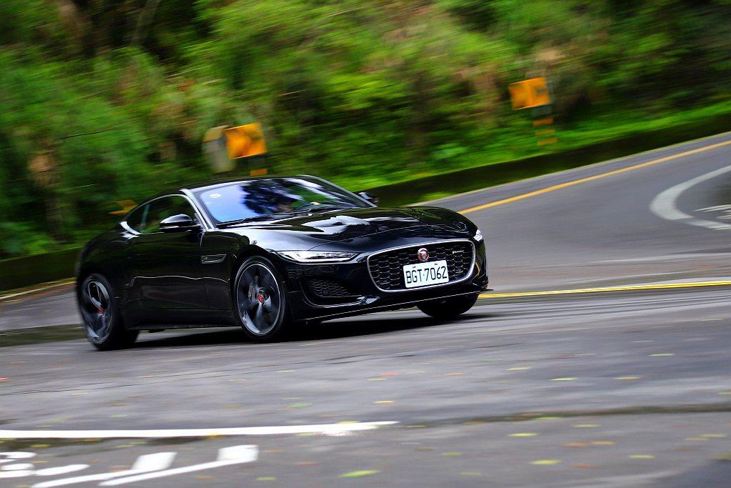 Jaguar F-Type P300 R-Dynamic因為配置四缸引擎使車頭負...
