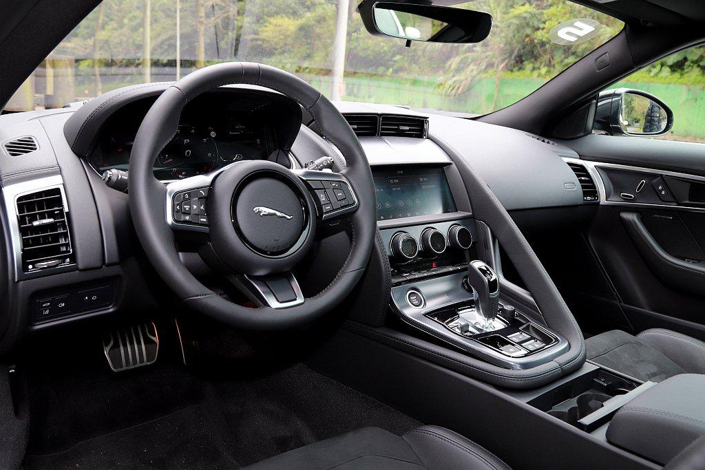 小改款Jaguar F-Type Coupe控台架構維持不變,仍呈現強烈的駕駛導...