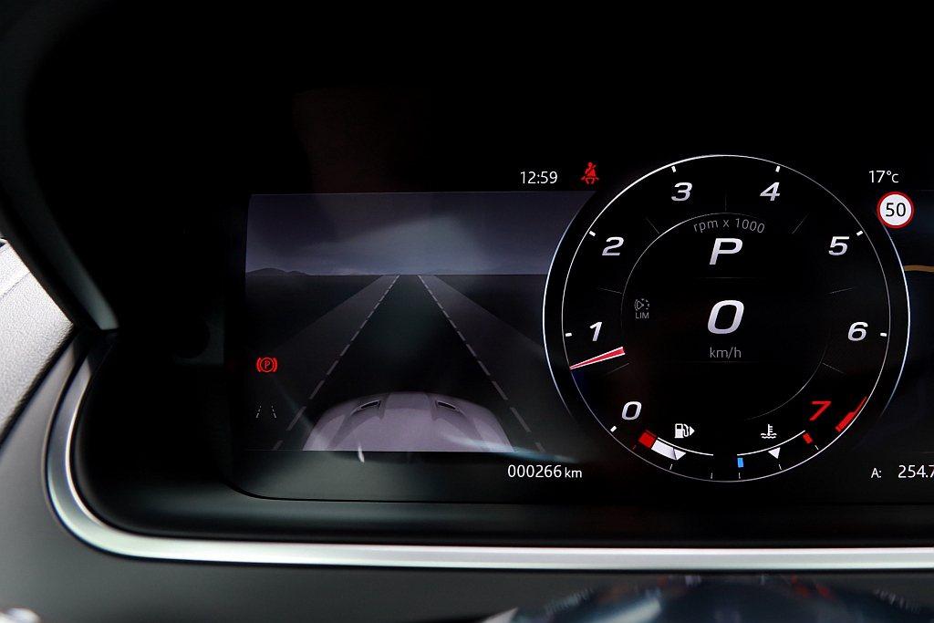 行車安全輔助系統方面,小改款Jaguar F-Type Coupe標配BSA盲點...