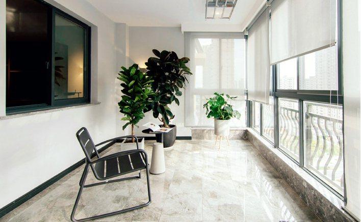 光滑明亮的通體磚增加了陽台的通透感,與整體簡潔的風格搭配相宜。圖/台灣廣廈有聲圖...