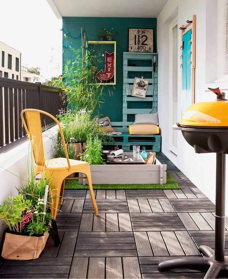 原本為地磚的陽台,若想要呈現自然氛圍,適合使用塑木板,可以充分發揮其拆裝方便的優...