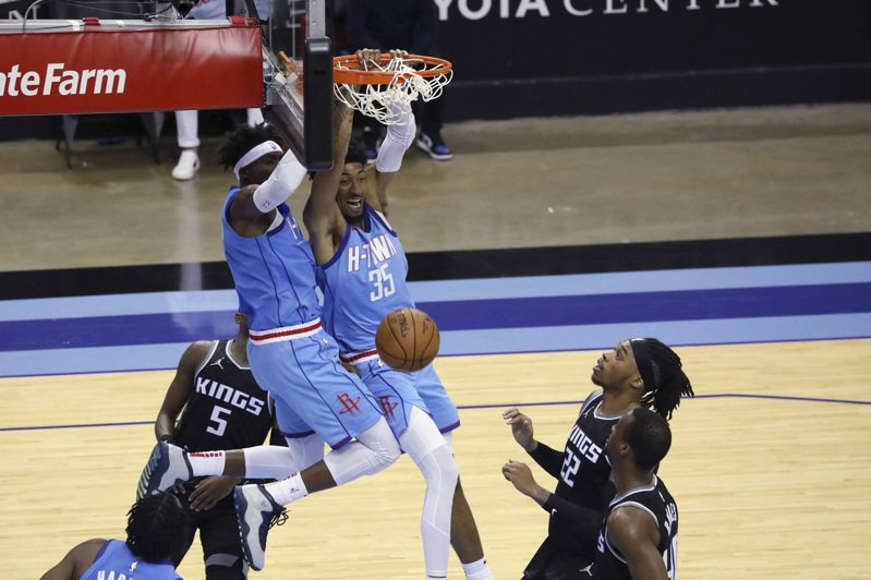 Kings Rockets Basketball Houston Rockets forward Christian Wood dunks as Sacramento Kings guard De'Aaron Fox (5) and forward Richaun Holmes defend during the second half of an NBA basketball game Thursday, Dec. 31, 2020, in Houston. (AP Photo/Richard Carson) 美聯社