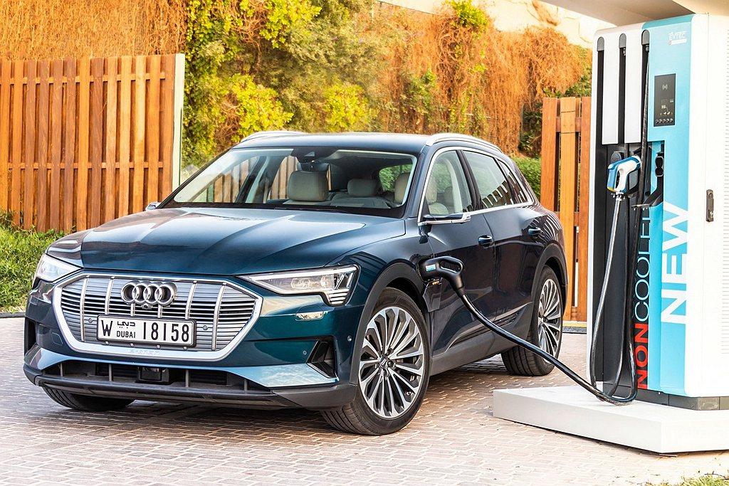 對電動車款來說穩定且可靠的充電系統更是不可或缺的神經中樞,全能電旅Audi e-...