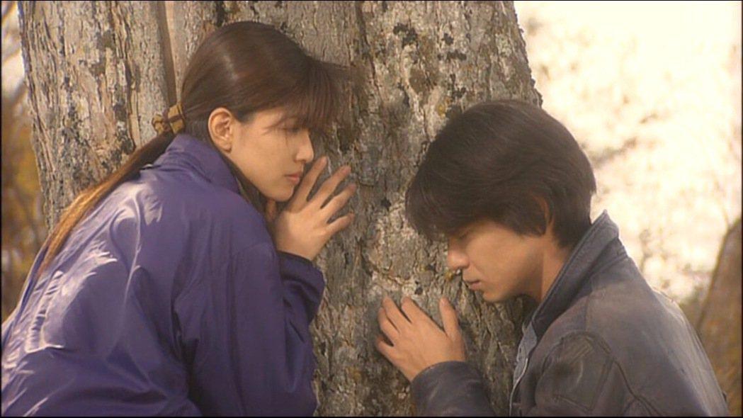 內田有紀跟吉岡秀隆因為演出《來自北國2002・遺言》相識相戀、閃電結婚。圖/擷自...