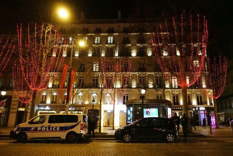 法國因疫情嚴峻,取消今年跨年凱旋門燈光煙火秀,並嚴格執行宵禁。 新華社