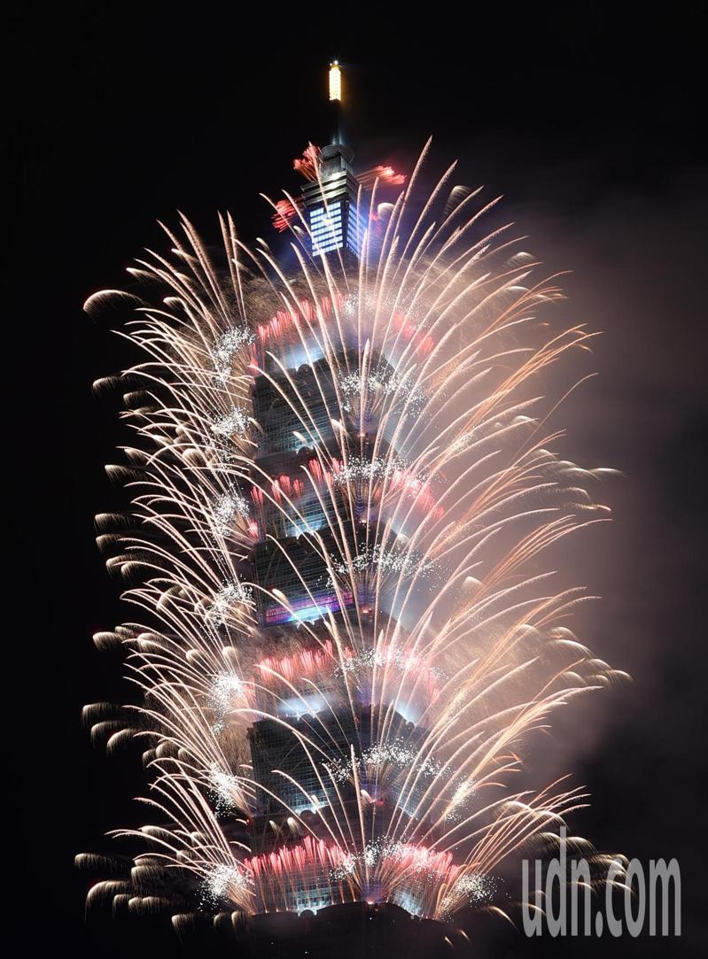台北101煙火璀璨奪目,迎向2021年。記者潘俊宏/攝影