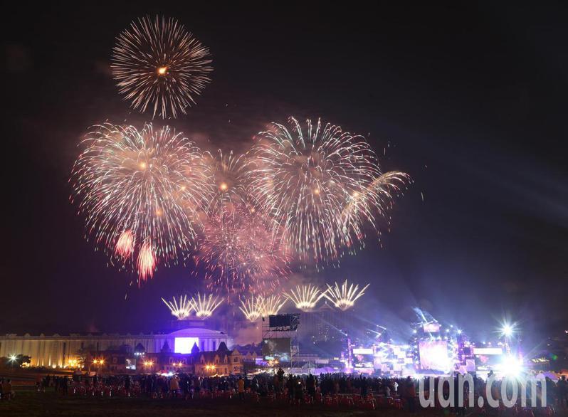 高雄義大施放999秒煙火迎接2021年到來。記者劉學聖/攝影