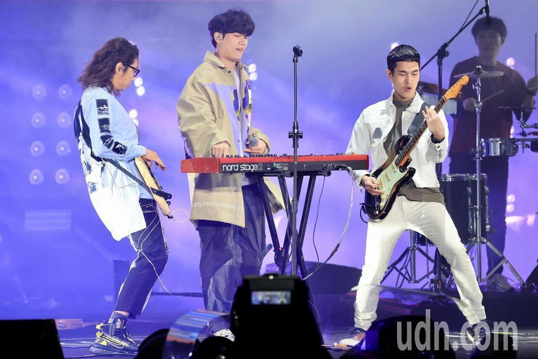 台北最HIGH新年城-2021跨年晚會,宇宙人演唱。記者林伯東/攝影