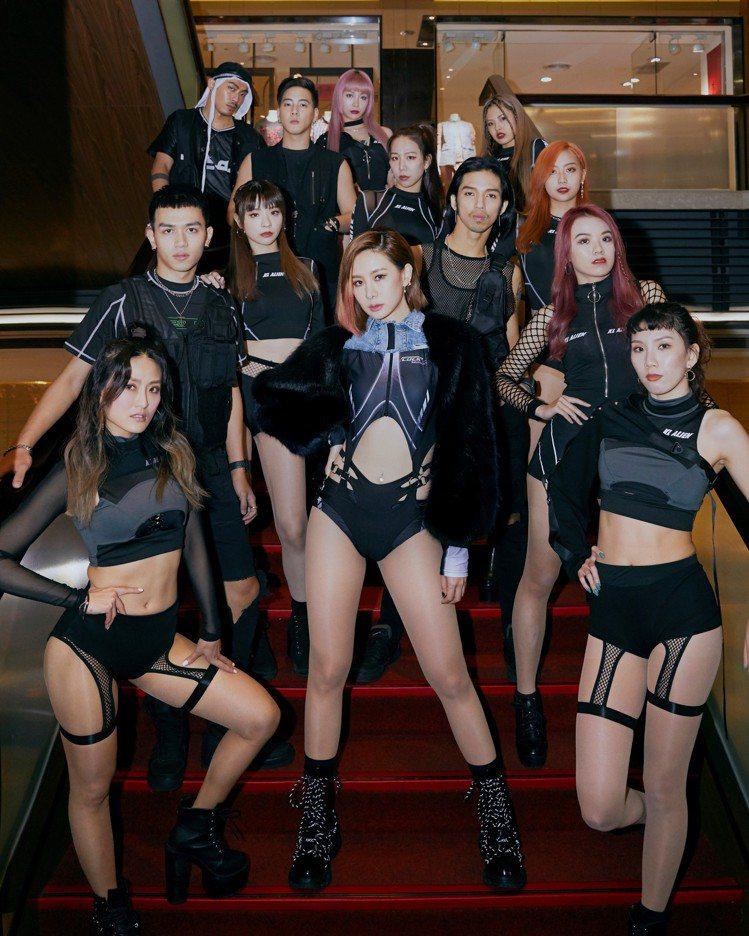 安心亞(中)珍藏「長輩」,以黑色透視勁裝辣露長腿、蜜桃臀。圖/環球音樂提供