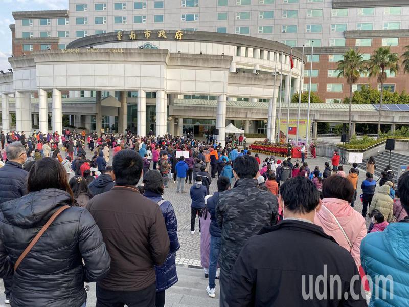 台南市政府今天在永華市政中心2樓廣場舉辦元旦升旗典禮,吸引逾2百民眾參加。記者鄭維真/攝影