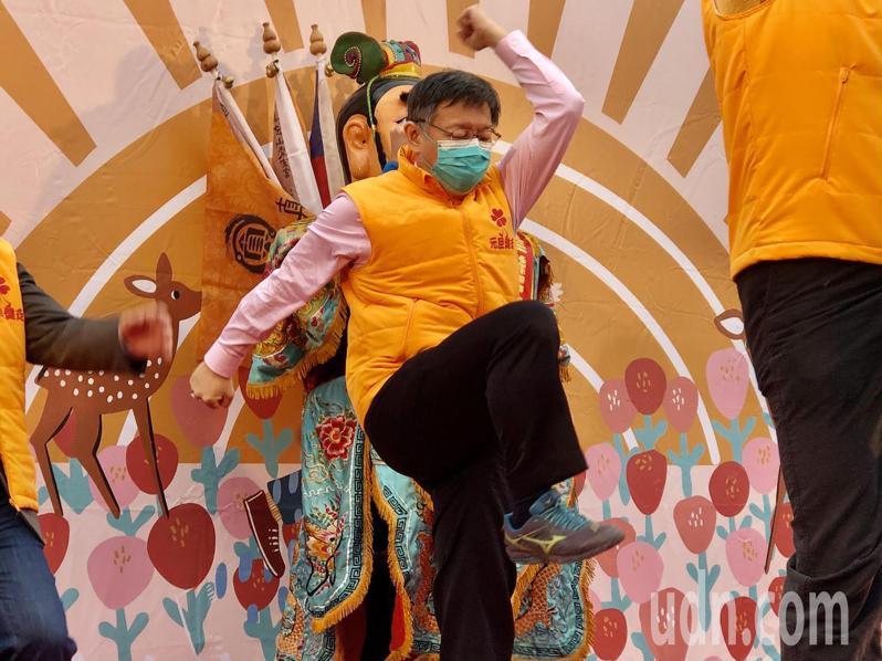 台北市長柯文哲在台上大跳熱身健康操,相當投入。記者鍾維軒/攝影