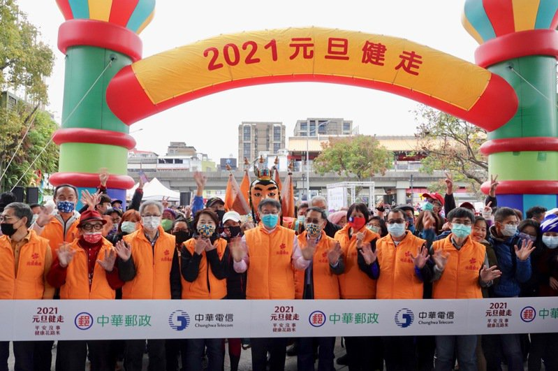 元旦健走在台北花博公園舉行,活動發起人「飛躍羚羊」紀政(左)。記者蘇志畬/攝影