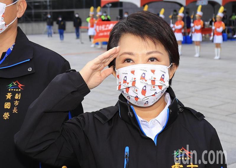 台中市長盧秀燕出席元旦升旗典禮時表示,2019年全球面臨新冠肺炎疫情嚴峻挑戰,全體市民和市府團隊同心協力,展現台中人堅強的韌性、無比毅力,沒有被疫情打倒。 記者黃仲裕/攝影