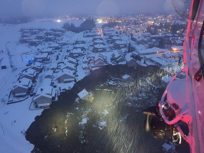 挪威南部耶爾呂姆市(Gjerdrum)轄下的艾斯克村30日晚間發生大規模崩塌災害,搜救隊伍正致力尋找仍不知去向的民眾。歐新社