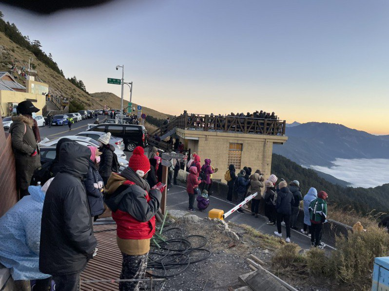 合歡山迎曙光活動今天早上車潮在四點多起達到最高峰,一路綿延約15公里,大家直呼日出雲海好美。圖/松雪樓提供