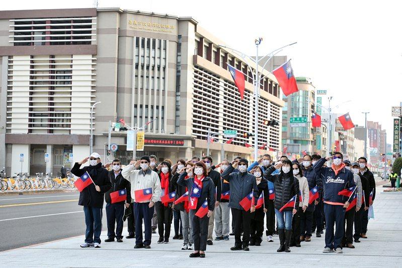 嘉義市長黃敏惠今天帶領市府官員,在市府前舉辦元旦升旗迎接2021。記者卜敏正/翻攝