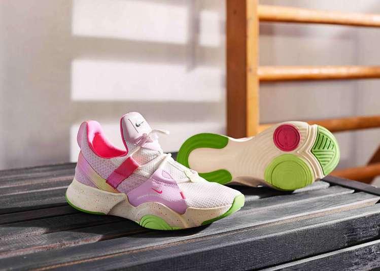 帶有鮮花般柔和色彩的Nike SuperRep Groove鞋為新年注入活力。圖...