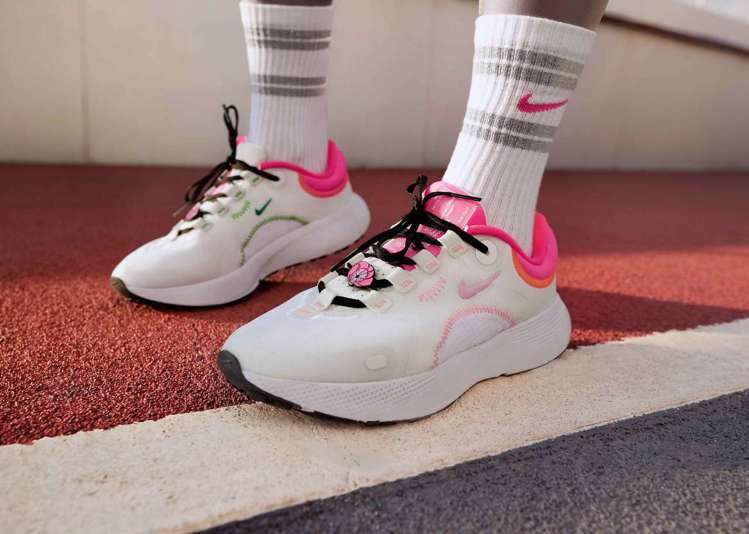 Nike Escape Run鞋款中柔和的粉色代表牡丹、蘭花及各種各樣的鮮花,象...