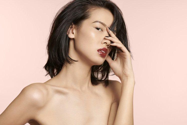 YSL奢華緞面霧光唇膏、高光唇釉,換上玫瑰金新裝。圖/YSL提供