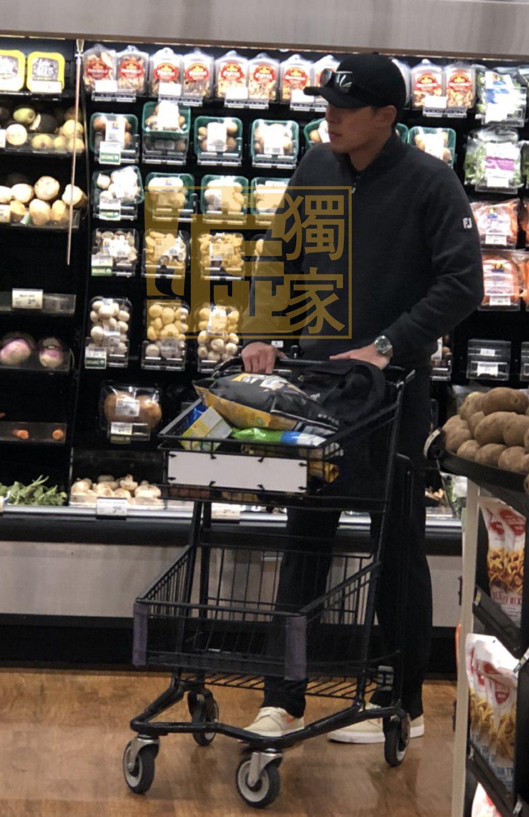 玄彬在美國超市貼心負責推車。圖/讀者提供