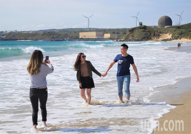屏東墾丁今天白天陽光普照,氣溫升至20度,遊客紛紛到遊憩沙灘踩浪。記者潘欣中/攝影