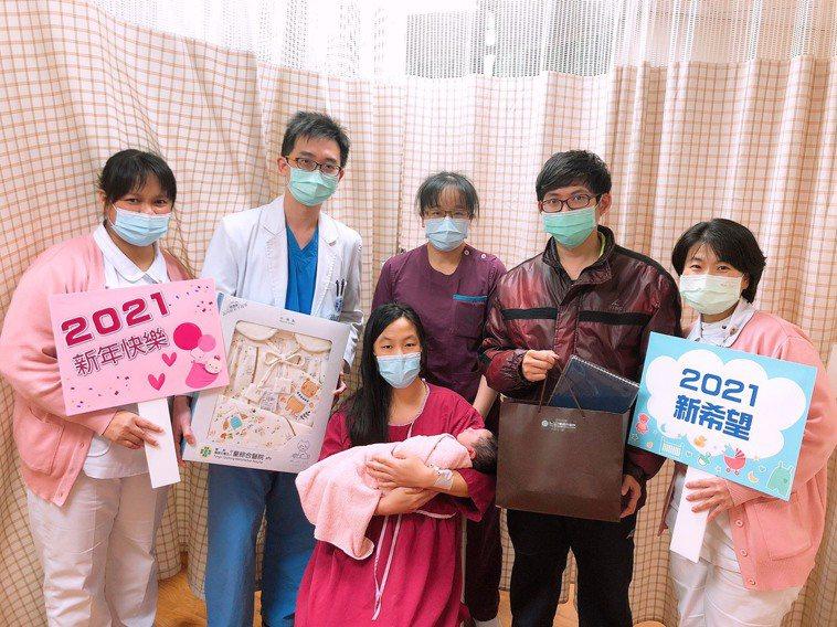 24歲邱姓孕婦自然產下重達3214公克的男嬰,這是邱婦的第二胎。圖/童綜合醫院提...