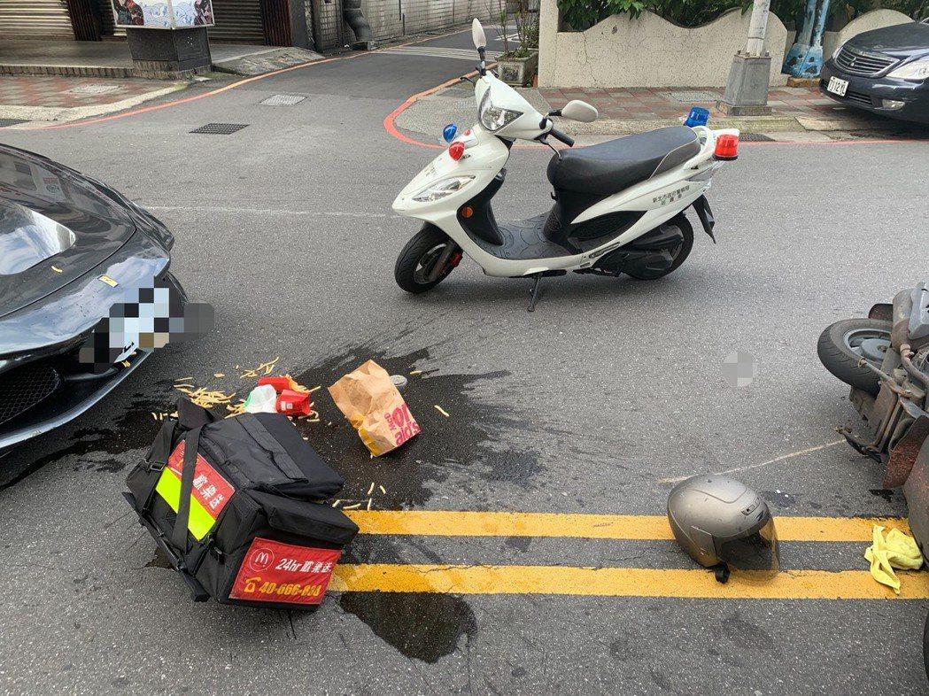 新北市永和區今天發生一輛速食店外送機車疑路中違規迴轉,遭後方直行法拉利跑車撞上,...