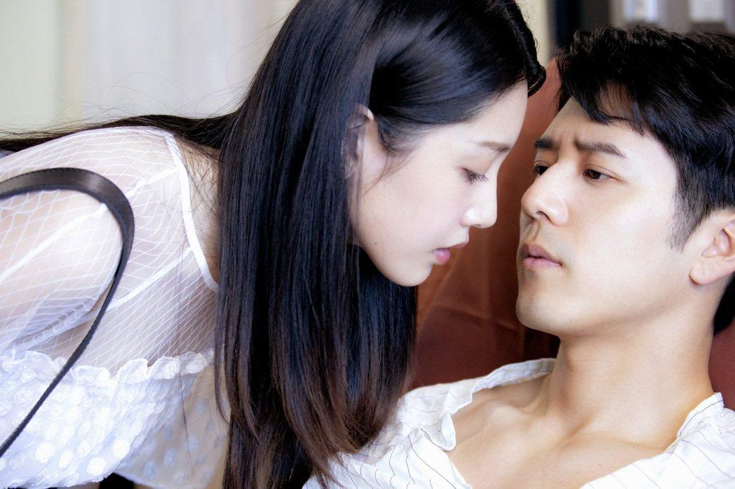 黃薇渟(左)主動獻吻胡宇威。圖/東森提供