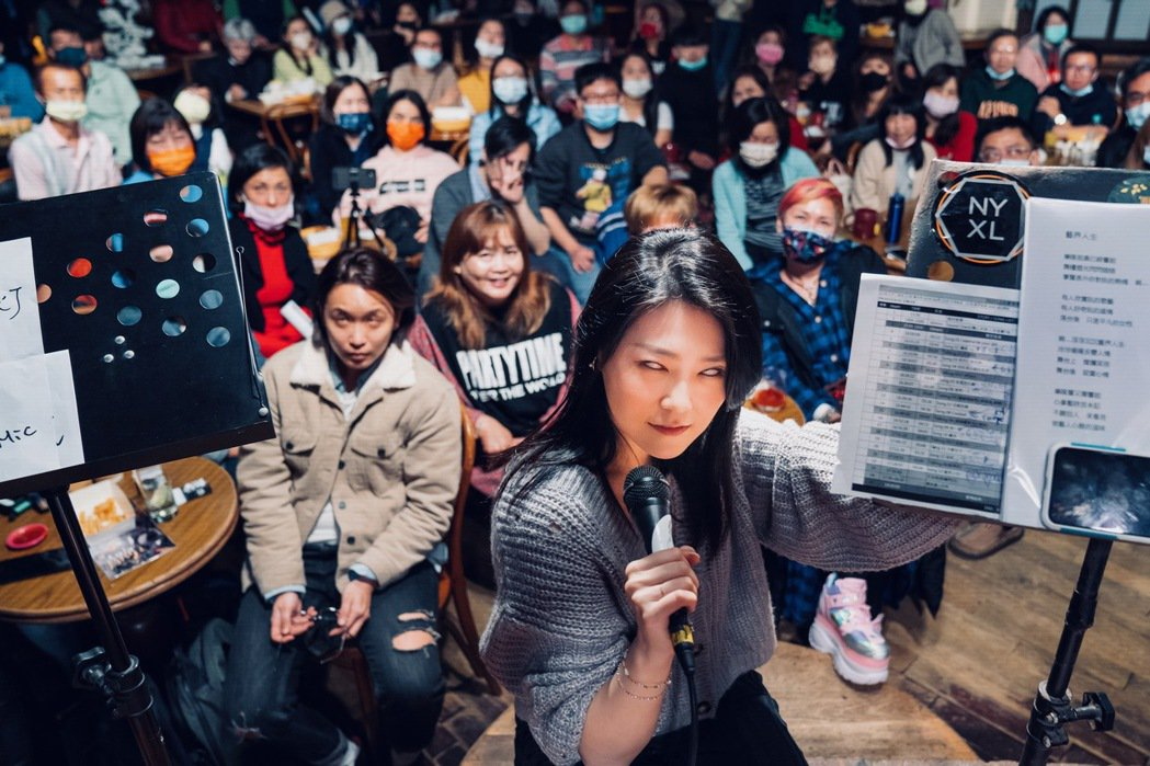 曹雅雯上周才結束新專輯音樂會,音樂會上與粉絲一起翻白眼。圖/AM娛樂提供