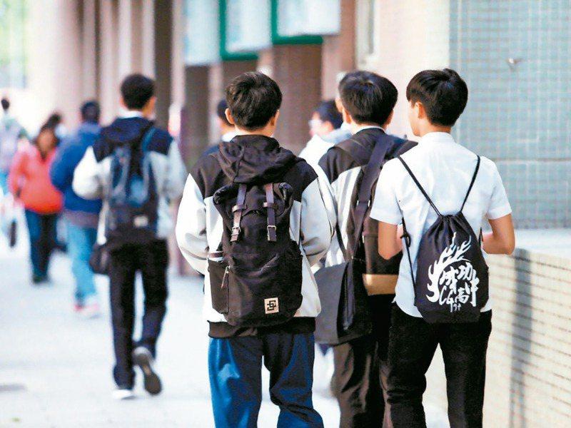 台灣國高中學生上課時間全世界最長,幾乎每一、兩年就有一次連署希望延後上課時間,但都雷聲大雨點小。圖為示意圖。圖/聯合報系資料照片