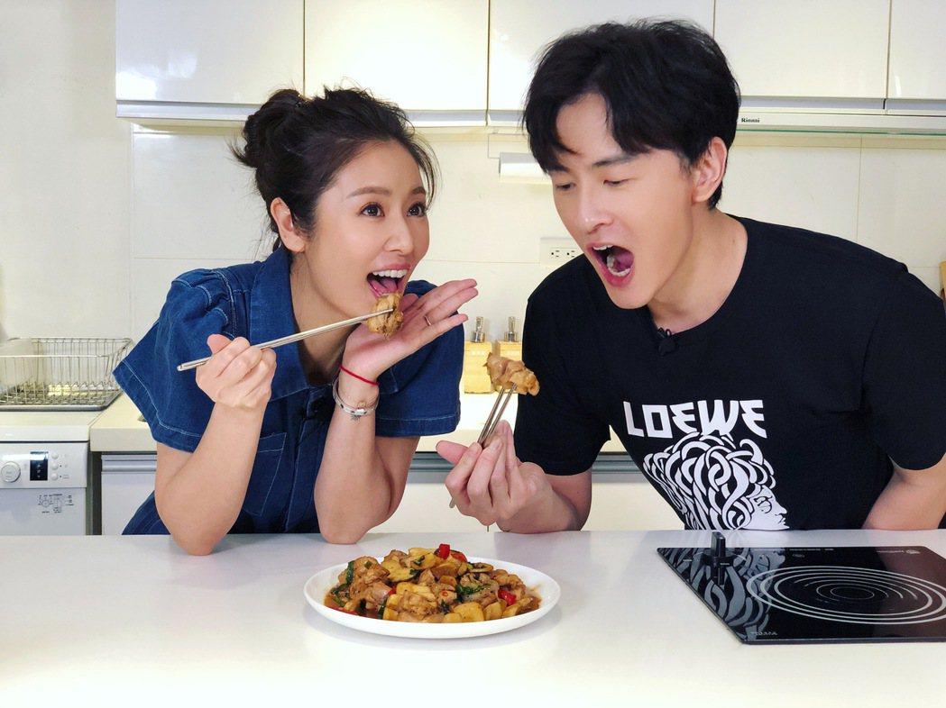 林心如(左)、鄭元暢品嚐做好的「三杯雞佐杏鮑菇」料理。圖/M.I.E.最大國際娛...
