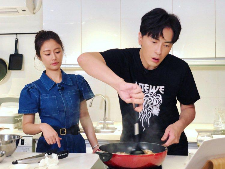 林心如(左)、鄭元暢邊做菜邊鬥嘴。圖/M.I.E.最大國際娛樂提供