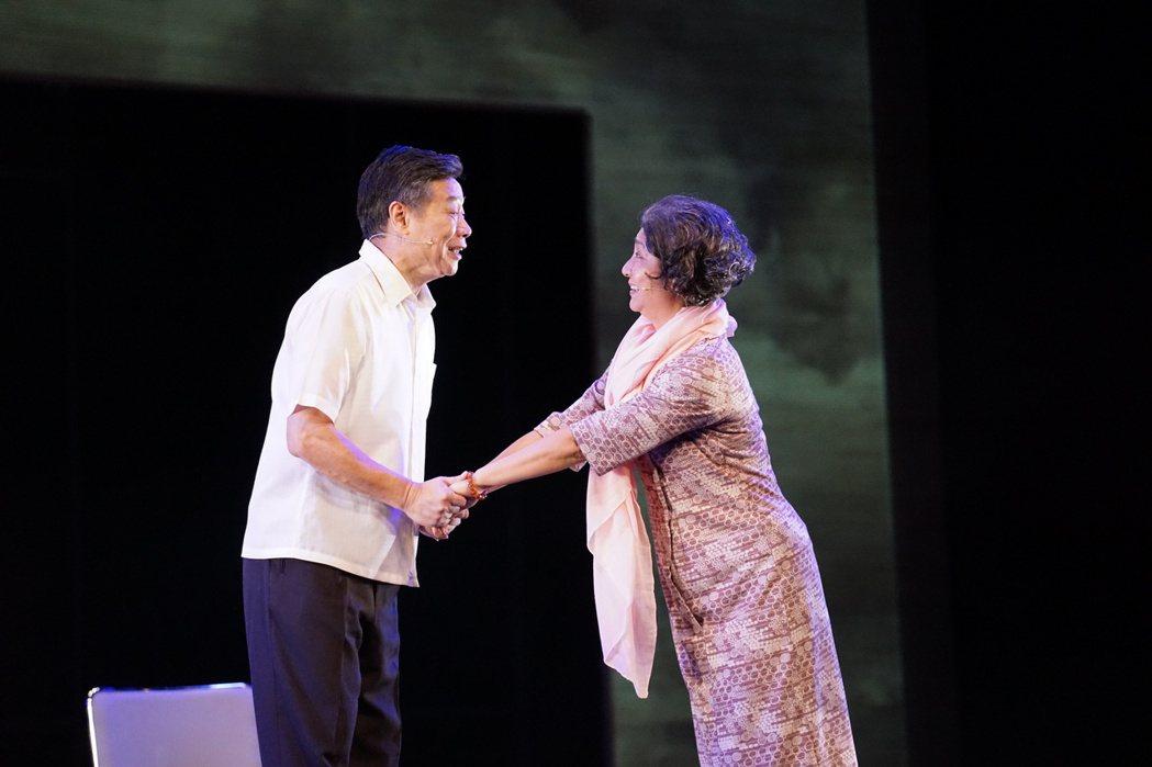 朱陸豪(左)、楊麗音赴澎湖演出舞台劇「七十三變」跨年場。圖/故事工廠提供