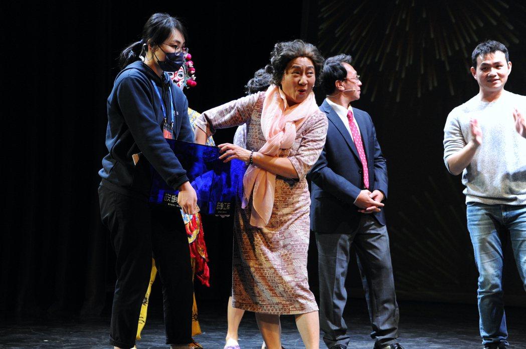 楊麗音在「七十三變」澎湖跨年場,台上與觀眾互動 。圖/故事工廠提供