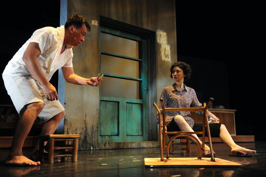 游安順(左)、劉珊珊演出舞台劇「七十三變」。圖/故事工廠提供