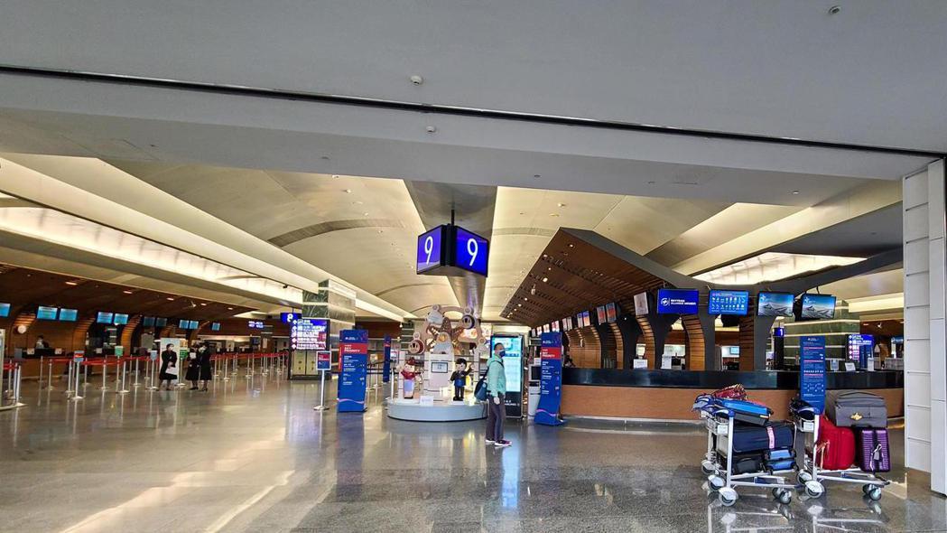 受新冠肺炎疫情影響,桃園機場去年旅客較前年少了四千多萬人次,今天雖然是元旦假期的...