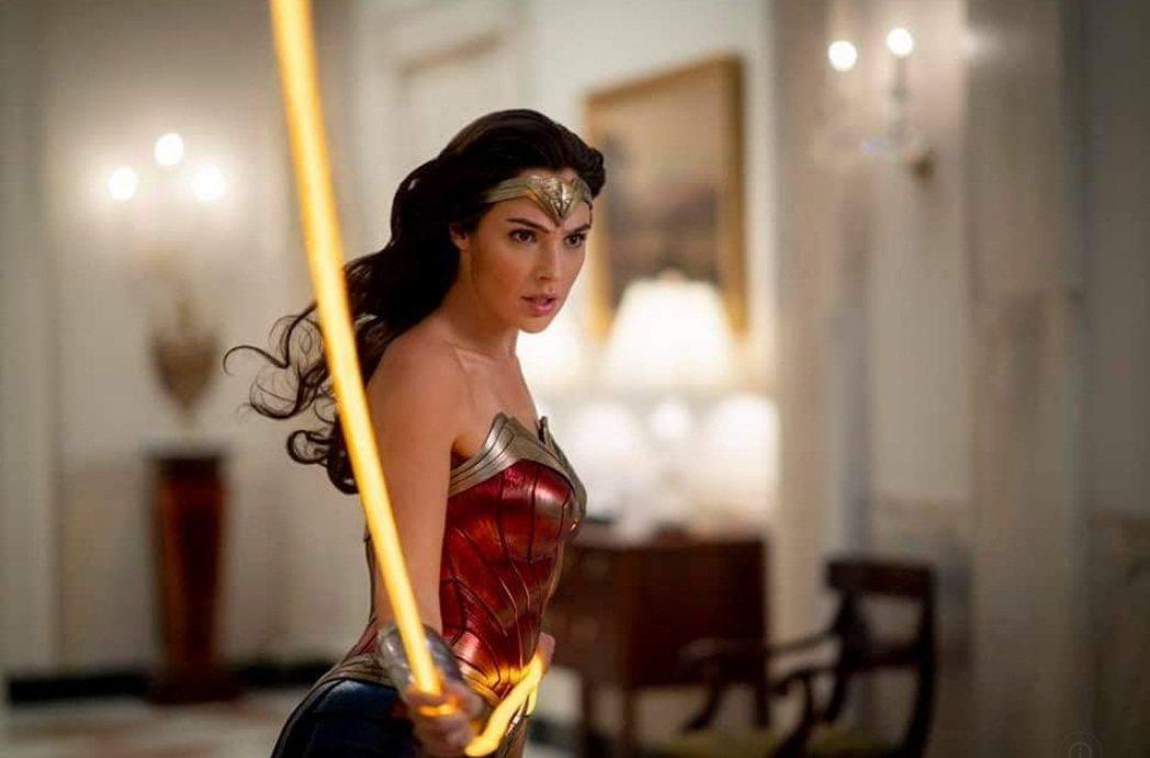 「神力女超人1984」在美國HBO Max與戲院同日推出。圖/摘自imdb
