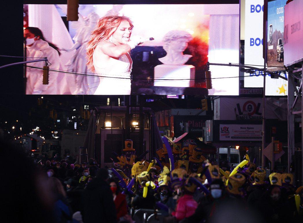 極少數受邀入場觀眾透過大螢幕欣賞珍妮佛洛佩茲的歌舞。(路透)