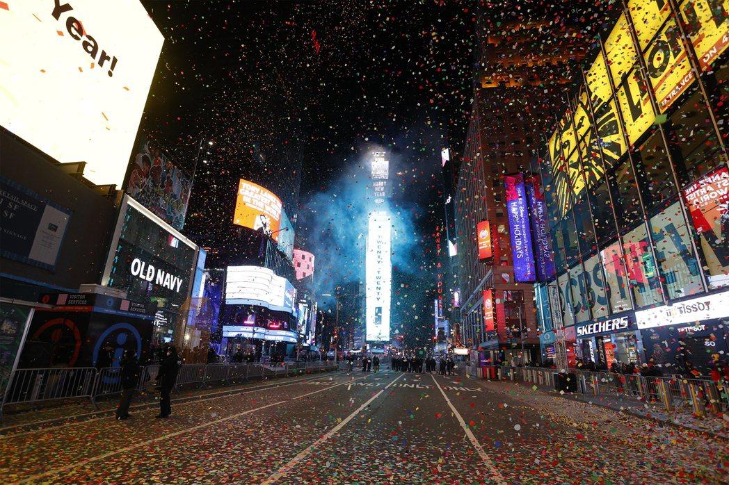 紐約跨年今年為了防疫,禁止民眾入場,難得出現空曠的情景。(歐新社)