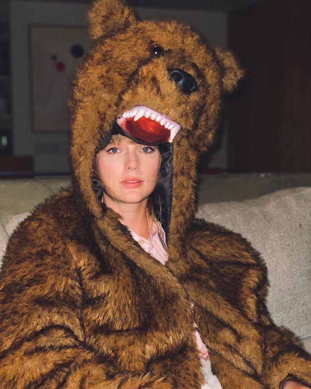 泰勒絲以奇特造型揮別她認為詭異的一年。圖/摘自Instagram
