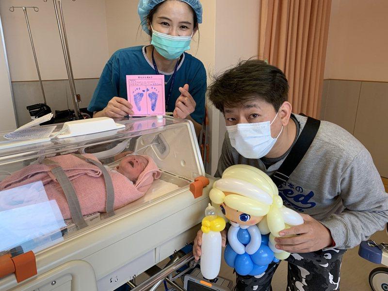 中國醫藥大學新竹附設醫院元旦有6名新生兒出生,讓醫護也十分高興。圖/中醫大新竹附醫提供