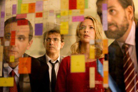 曾自導自演法國犯罪小說大師皮耶.勒梅特小說改編作品「天上再見」名導亞伯.杜龐帝搞笑新作「蠢蛋告別式」(Bye Bye Morons)於2020年疫情當頭的10月在法國上映,上映首周就以台幣1.4億成...