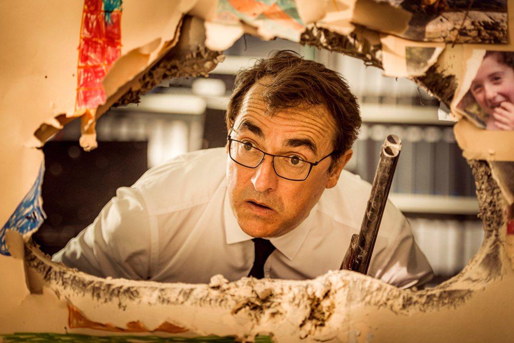 「蠢蛋告別式」亞伯杜龐帝飾演中年魯蛇工程師,意外打破牆。圖/捷傑提供