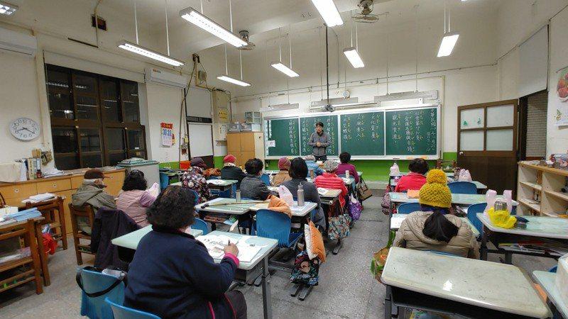 國中小校園白天是義務教育教學場所,夜間的補習學校,則是失學長者、新住民的識字場所。記者趙宥寧/攝影