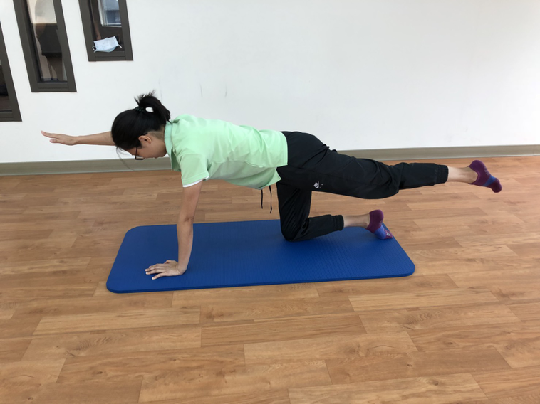 四足跪:對側手腳往前後延伸。圖/周昭如提供