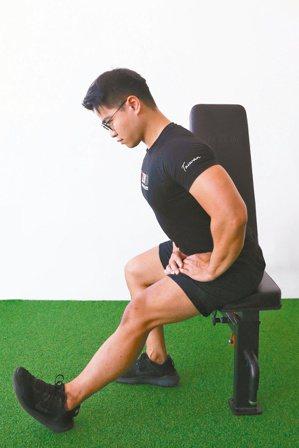 腿後腱肌群及小腿肌群伸展。記者黃仲裕/攝影