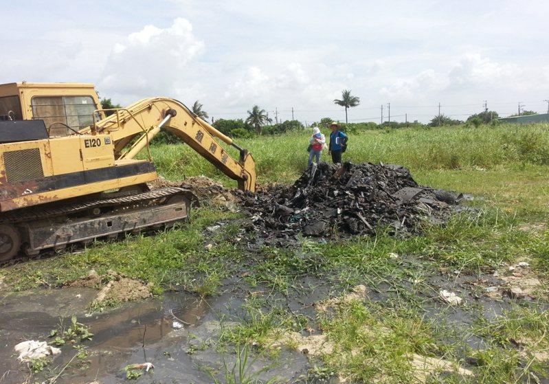 台南市安南區一處農田被掩埋廢棄物。資料照片 圖/台南市環保局提供